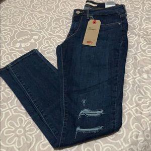 Levi's 711 skinny jeans size 28/ 30.   NWT